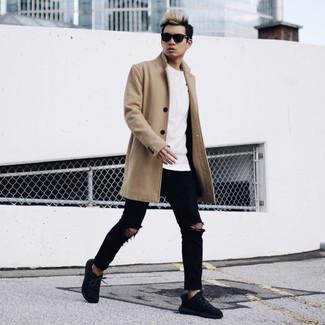 Как и с чем носить: светло-коричневое длинное пальто, белый свитшот, белая футболка с круглым вырезом, черные рваные зауженные джинсы