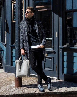 Как и с чем носить: темно-серое длинное пальто в шотландскую клетку, черный свитшот, бело-черная футболка с круглым вырезом в горизонтальную полоску, черные зауженные джинсы