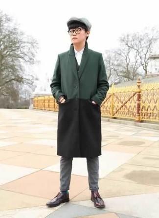 Темно-коричневый браслет: с чем носить и как сочетать мужчине: Стильное сочетание темно-зеленого длинного пальто и темно-коричневого браслета подходит для тех случаев, когда удобство ценится превыше всего. Не прочь сделать образ немного элегантнее? Тогда в качестве дополнения к этому образу, стоит обратить внимание на темно-красные кожаные туфли дерби.