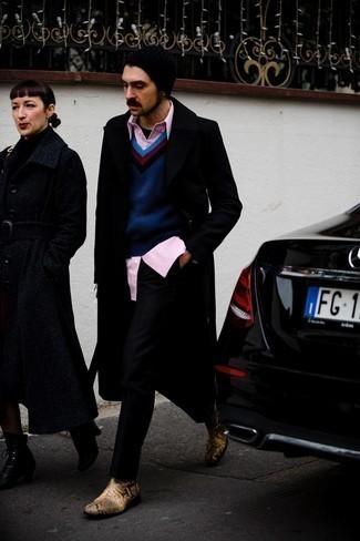 Мужские луки зима: Черное длинное пальто и черные брюки чинос выигрышно впишутся в любой мужской образ — непринужденный будничный образ или же элегантный вечерний. Любители необычных луков могут завершить лук светло-коричневыми кожаными ботинками челси со змеиным рисунком, тем самым добавив в него чуточку эффектности. Хороший лук для холодного сезона.