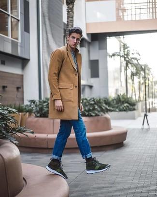 Как и с чем носить: светло-коричневое длинное пальто, голубая футболка на пуговицах, синие джинсы, оливковые замшевые высокие кеды