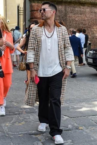 Модные мужские луки 2020 фото весна 2020: Комбо из коричневого длинного пальто в мелкую клетку и черных спортивных штанов — хорошая идея для воплощения мужского образа в стиле элегантной повседневности. Такой лук легко приспособить к повседневным нуждам, если надеть в сочетании с ним белые кроссовки. Когда холодная пора сменяется в весеннее время года, мы снимаем с себя тяжелые шубы и зимние пуховики и встает вопрос о том, что носить, чтобы выглядеть по-весеннему свежо и на все сто. Подобный образ послужит превосходным вдохновением.