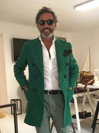Как и с чем носить: зеленое длинное пальто, белая футболка-поло, зеленые брюки чинос с принтом, черно-белый нагрудный платок в горошек