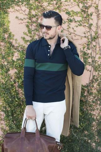 Как и с чем носить: бежевое длинное пальто, темно-сине-зеленая футболка-поло в горизонтальную полоску, белые брюки чинос, темно-коричневая кожаная дорожная сумка
