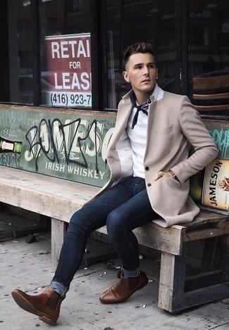 Как и с чем носить: бежевое длинное пальто, белая футболка-поло, темно-синие зауженные джинсы, коричневые кожаные ботинки челси