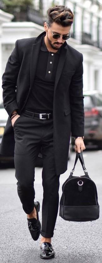 Как и с чем носить: черное длинное пальто, черная футболка-поло, черные классические брюки, черные кожаные лоферы с кисточками