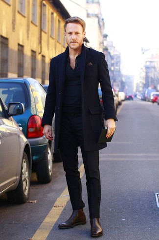 Длинное пальто выглядит гармонично в сочетании с черными классическими брюками. Создать модный контраст с остальными вещами из этого образа помогут темно-коричневые кожаные ботинки челси.