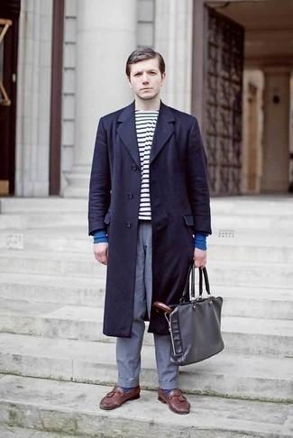 Темно-красные кожаные лоферы с кисточками: с чем носить и как сочетать: Темно-синее длинное пальто в сочетании с синими брюками чинос — необыденный выбор для молодых людей, работающих в офисе. Завершив образ темно-красными кожаными лоферами с кисточками, получим приятный результат.