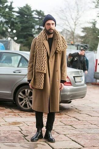 Модные мужские луки 2020 фото зима 2021: Светло-коричневое длинное пальто и черные брюки чинос — идеальный мужской образ для свидания в дорогом ресторане. Что же касается обуви, можешь отдать предпочтение классике и выбрать черные кожаные ботинки челси. В зимнее время года особенно важны тепло и уют. Этот лук даст и то, и другое без жертв по части моды.