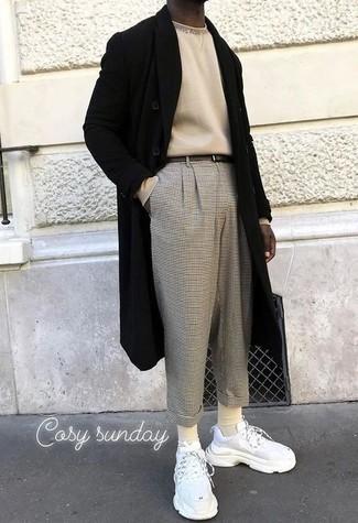 Мужские луки: Черное длинное пальто и серые брюки чинос в клетку — ансамбль, который будет непременно притягивать женские взоры. Этот ансамбль великолепно завершат белые кроссовки.