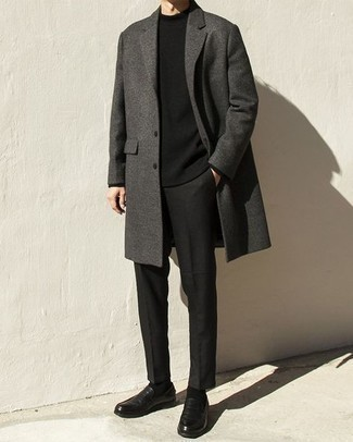 Мужские луки: Если ты приписываешь себя к той немногочисленной категории джентльменов, ориентирующихся в моде, тебе полюбится сочетание темно-серого длинного пальто и черных брюк чинос. Теперь почему бы не добавить в повседневный лук немного нарядности с помощью черных кожаных лоферов?