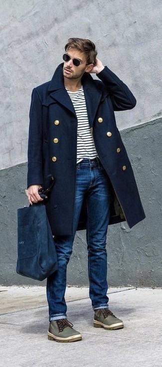 Как и с чем носить: темно-синее длинное пальто, бело-черная футболка с длинным рукавом в горизонтальную полоску, синие джинсы, оливковые ботинки дезерты из плотной ткани