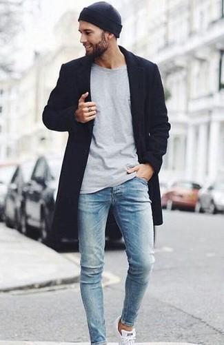 Как и с чем носить: черное длинное пальто, серая футболка с длинным рукавом, голубые зауженные джинсы, белые низкие кеды