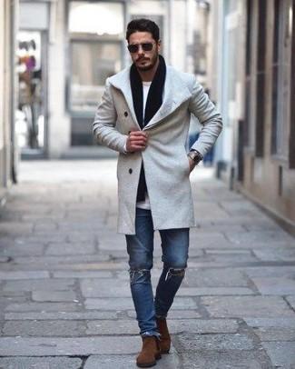Как и с чем носить: серое длинное пальто, белая футболка с длинным рукавом, синие рваные зауженные джинсы, коричневые замшевые ботинки челси