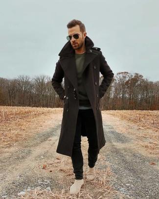 Темно-коричневое длинное пальто: с чем носить и как сочетать: Тандем темно-коричневого длинного пальто и черных зауженных джинсов — великолепный пример современного городского стиля. Думаешь сделать ансамбль немного элегантнее? Тогда в качестве дополнения к этому луку, стоит выбрать бежевые замшевые ботинки челси.