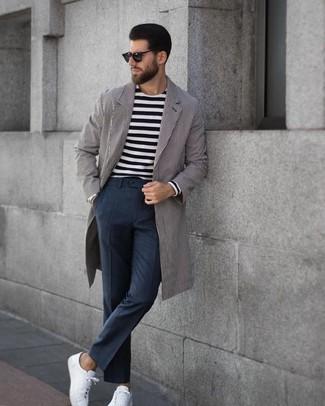 Как и с чем носить: серое длинное пальто в вертикальную полоску, черно-белая футболка с длинным рукавом в горизонтальную полоску, темно-серые классические брюки в клетку, белые кожаные низкие кеды