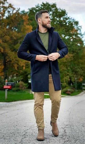Как и с чем носить: темно-синее длинное пальто, оливковая футболка с круглым вырезом, светло-коричневые брюки чинос, светло-коричневые замшевые ботинки челси