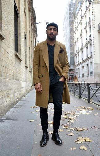 Как и с чем носить: оливковое длинное пальто, черная футболка с круглым вырезом, черные брюки чинос, черные кожаные классические ботинки