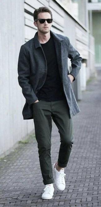 Как и с чем носить: темно-серое длинное пальто, черная футболка с круглым вырезом, оливковые брюки чинос, белые низкие кеды