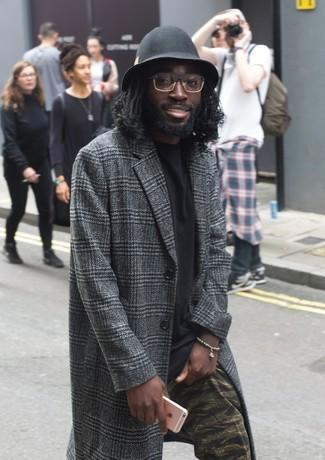 Как и с чем носить: темно-серое длинное пальто в шотландскую клетку, черная футболка с круглым вырезом, оливковые брюки чинос с камуфляжным принтом, черная шерстяная шляпа
