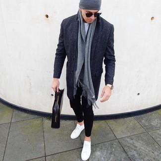 Как и с чем носить: темно-серое длинное пальто, белая футболка с круглым вырезом, черные брюки чинос, белые кожаные низкие кеды
