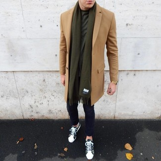 Как и с чем носить: светло-коричневое длинное пальто, темно-зеленая футболка с круглым вырезом, темно-синие брюки чинос, оливковые низкие кеды с камуфляжным принтом