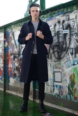 Темно-синее длинное пальто: с чем носить и как сочетать: Темно-синее длинное пальто и черные брюки чинос великолепно впишутся в любой мужской лук — простой будничный лук или же утонченный вечерний. Великолепно здесь будут смотреться черные кожаные повседневные ботинки.
