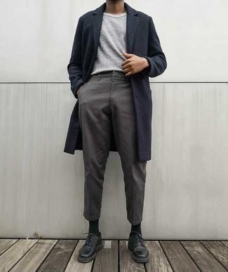 Темно-синее длинное пальто: с чем носить и как сочетать: Темно-синее длинное пальто и серые брюки чинос — необходимые вещи в гардеробе парней с чувством стиля. Очень неплохо здесь будут смотреться черные кожаные туфли дерби.