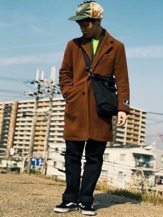 С чем носить коричневое длинное пальто: Коричневое длинное пальто в сочетании с черными брюками чинос — замечательный пример привлекательного офисного стиля для парней. Чтобы привнести в образ чуточку расслабленности , на ноги можно надеть черно-белые низкие кеды из плотной ткани.