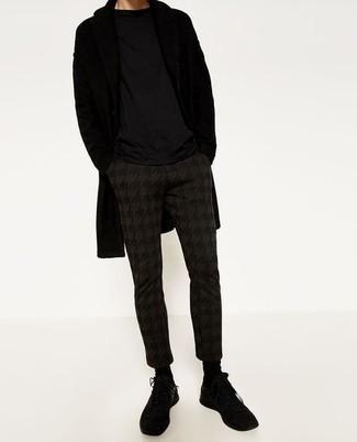 """Мужские луки: Черное длинное пальто и темно-коричневые брюки чинос с узором """"гусиные лапки"""" — необходимые вещи в гардеробе стильного жителя большого города. Создать эффектный контраст с остальными вещами из этого лука помогут черные кроссовки."""