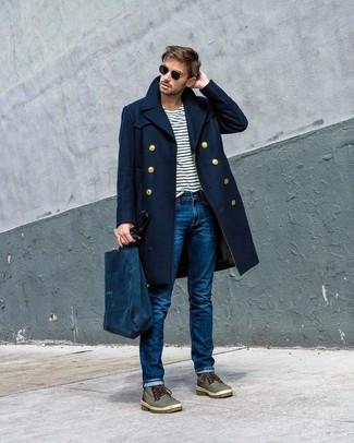 Как и с чем носить: темно-синее длинное пальто, бело-темно-синяя футболка с круглым вырезом в горизонтальную полоску, синие джинсы, оливковые кожаные повседневные ботинки
