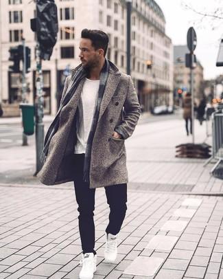 Как и с чем носить: серое длинное пальто в клетку, белая футболка с круглым вырезом, черные джинсы, белые высокие кеды