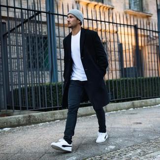 Как и с чем носить: черное длинное пальто, белая футболка с круглым вырезом, черные джинсы, бело-черные низкие кеды