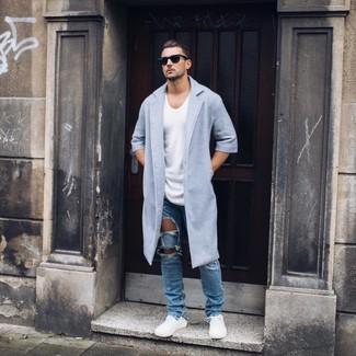 Как и с чем носить: голубое длинное пальто, белая футболка с круглым вырезом, синие рваные джинсы, белые низкие кеды