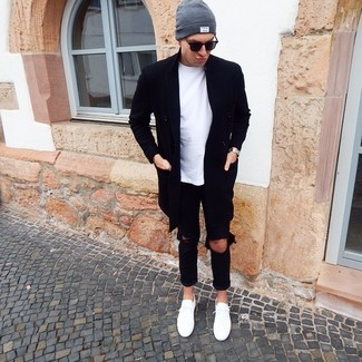 Как и с чем носить: черное длинное пальто, белая футболка с круглым вырезом, черные рваные джинсы, белые низкие кеды