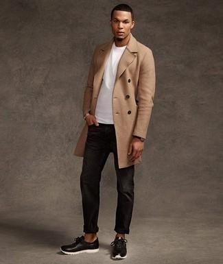 Светло-коричневое длинное пальто: с чем носить и как сочетать: Если ты принадлежишь к той категории джентльменов, которые любят выглядеть стильно, тебе придется по вкусу дуэт светло-коричневого длинного пальто и черных джинсов. черно-белые кроссовки добавят облику легкости и динамичности.