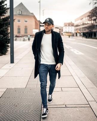 Черно-белые низкие кеды из плотной ткани: с чем носить и как сочетать мужчине: Если ты принадлежишь к той когорте молодых людей, которые одеваются со вкусом, тебе придется по вкусу сочетание черного длинного пальто и синих джинсов. Нравится экспериментировать? Тогда дополни ансамбль черно-белыми низкими кедами из плотной ткани.