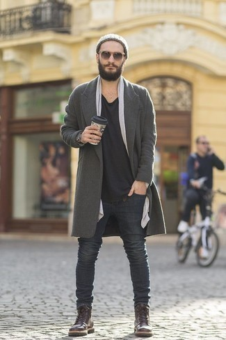 Модные мужские луки 2020 фото в холод: Если ты принадлежишь к той категории джентльменов, которые разбираются в моде, тебе подойдет лук из серого длинного пальто и темно-серых джинсов. В паре с этим ансамблем наиболее уместно будут выглядеть темно-коричневые кожаные повседневные ботинки.