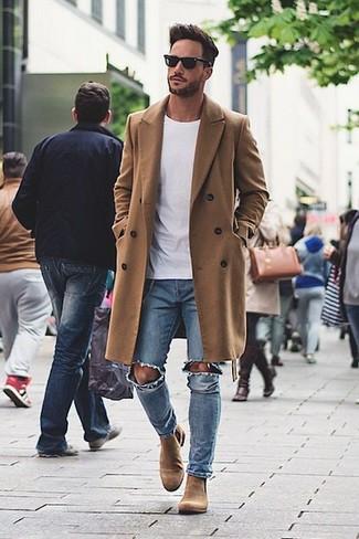 Сочетание длинного пальто и синих рваных зауженных джинсов — беспроигрышный офисный вариант. Коричневые замшевые ботинки челси добавят образу изысканности.