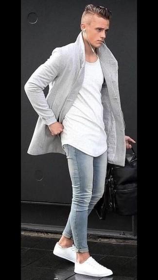 Как и с чем носить: серое длинное пальто, белая футболка с круглым вырезом, голубые зауженные джинсы, белые низкие кеды