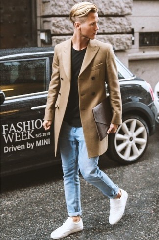 Длинное пальто великолепно сочетается с голубыми зауженными джинсами. Что касается обуви, можно отдать предпочтение комфорту и выбрать белые низкие кеды.