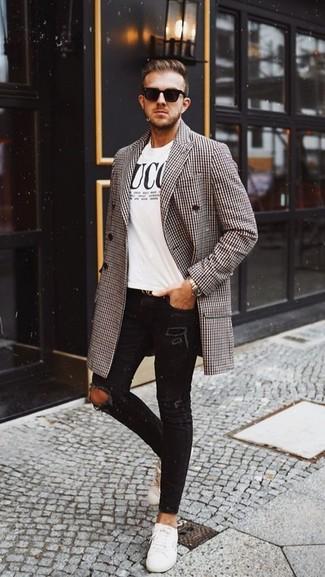"""Как и с чем носить: коричневое длинное пальто с узором """"гусиные лапки"""", бело-черная футболка с круглым вырезом с принтом, черные рваные зауженные джинсы, белые кожаные низкие кеды"""