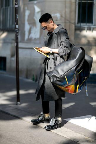 Как и с чем носить: темно-серое длинное пальто в шотландскую клетку, белая футболка с круглым вырезом, черные зауженные джинсы, черные кожаные повседневные ботинки