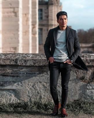Мужские луки: Темно-серое длинное пальто и черные зауженные джинсы — выбирай этот вариант, если не боишься оказаться в центре внимания. Любишь незаезженные сочетания? Заверши ансамбль коричневыми кожаными монками с двумя ремешками.
