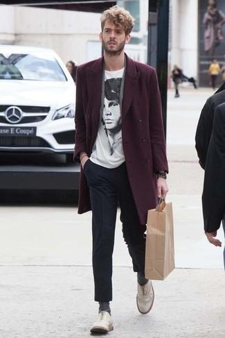 Как и с чем носить: темно-красное длинное пальто, бело-черная футболка с круглым вырезом с принтом, темно-синие классические брюки в вертикальную полоску, белые кожаные броги