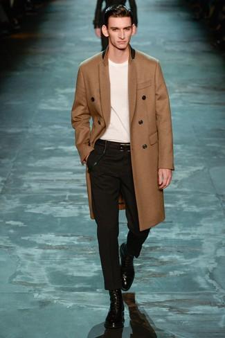 Модный лук: светло-коричневое длинное пальто, белая футболка с круглым вырезом, черные классические брюки, черные кожаные классические ботинки