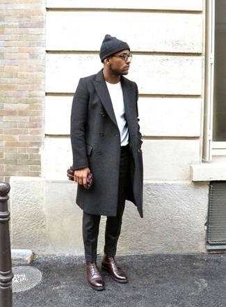 Темно-серые классические брюки: с чем носить и как сочетать мужчине: Несмотря на то, что это весьма выдержанный образ, образ из темно-серого длинного пальто и темно-серых классических брюк всегда будет выбором стильных мужчин, пленяя при этом сердца прекрасных дам. Очень подходяще здесь выглядят темно-красные кожаные классические ботинки.