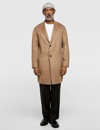 Светло-коричневое длинное пальто: с чем носить и как сочетать: Светло-коричневое длинное пальто и черные классические брюки — образец элегантного стиля. Создать стильный контраст с остальными составляющими этого образа помогут черные кожаные туфли дерби.