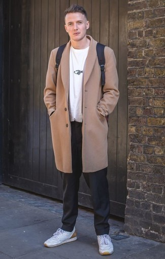 Черные классические брюки: с чем носить и как сочетать мужчине: Несмотря на то, что этот лук довольно-таки классический, лук из светло-коричневого длинного пальто и черных классических брюк неизменно нравится стильным мужчинам, непременно покоряя при этом сердца прекрасных дам. Чтобы добавить в образ чуточку легкой небрежности , на ноги можно надеть белые кожаные низкие кеды.