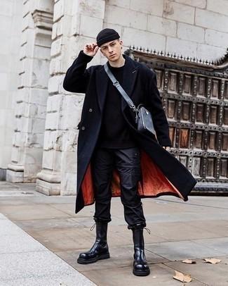 Мужские луки: Темно-синее длинное пальто и черные спортивные штаны — великолепный образ, если ты хочешь создать лёгкий, но в то же время стильный мужской образ.